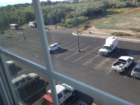 Candlewood Suites Grand Junction NW: Parking lot with redneck vehicles!