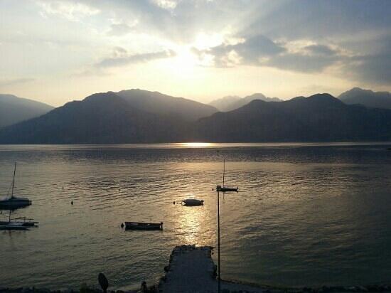 Hotel Casa Sartori: Lago di Garda.....vista dalla terrazza ALbergo Casa Sartori