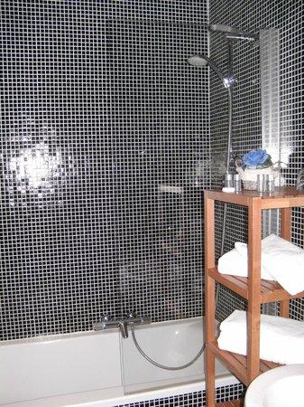 Hotel Diamonds And Pearls : luxe badkamer met alles erop en eraan