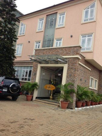 GrandBee Suites: Hotel Frontal View