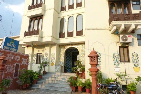 Hotel Maya Niwas: entrance