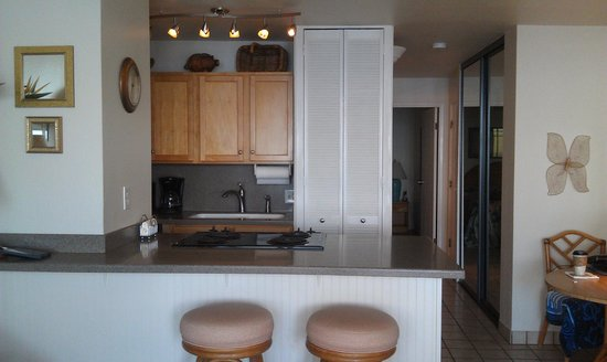 Maalaea Banyans : Kitchen with roomy counter top