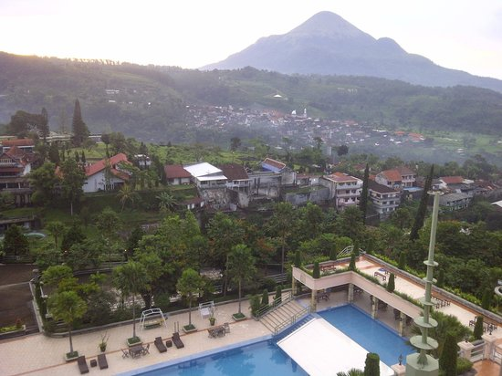 Royal Senyiur Hotel : Mountain View from Hotel Room