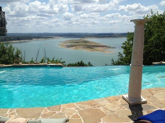La Villa Vista : pool overlooking lake travis