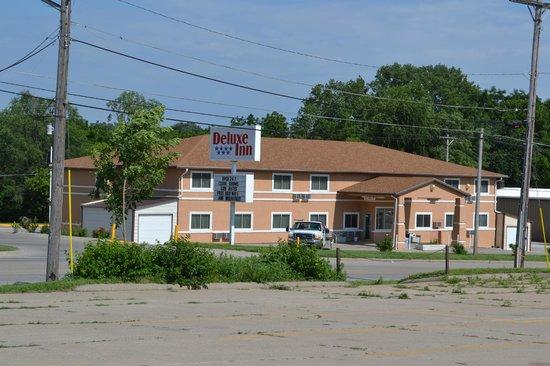Deluxe Inn : Outside of Motel. View from across the street.
