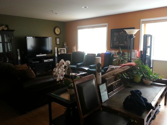 Nikko Bed and Breakfast: Common area - TV and library