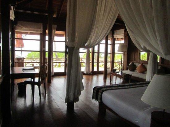 Amara Ocean Resort: Interior teak villa