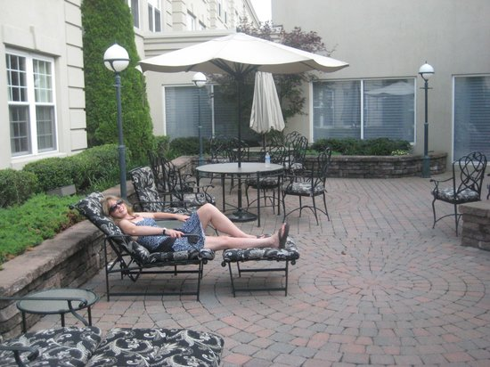The Del Monte Lodge Renaissance Rochester Hotel & Spa: Hotel Courtyard