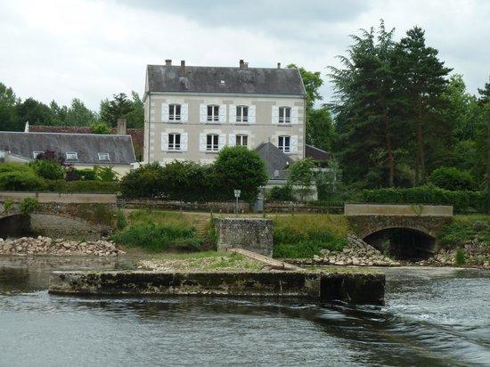 Le Moulin du Port: Vue de l'hôtel depuis la rive opposée
