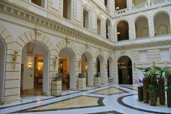New York Palace Budapest: Lobby mit Rezeption links hinten