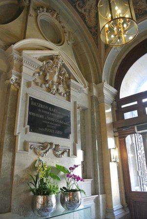 New York Palace Budapest: Blumendeko im Eingangsbereich von der Straße