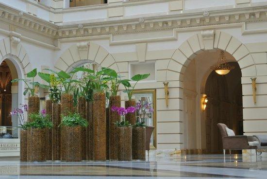 New York Palace Budapest: Blumendeko in der Lobby