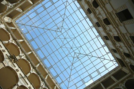 New York Palace Budapest: Glasdach in der Lobby