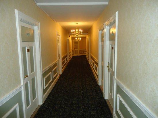 Hawthorne Hotel : 2nd floor hallway
