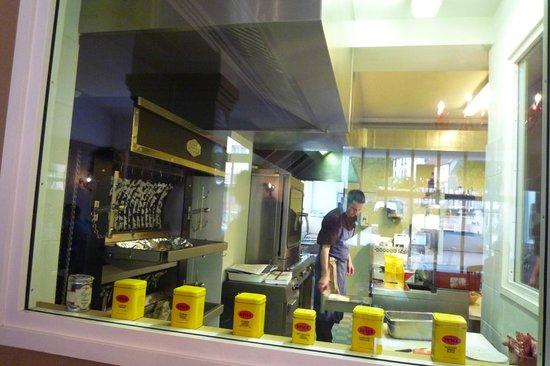 O Gayot: vue de la cuisine depuis la salle
