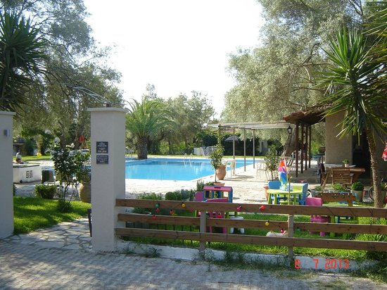 Thalero Holidays Center : Pool area with a bar