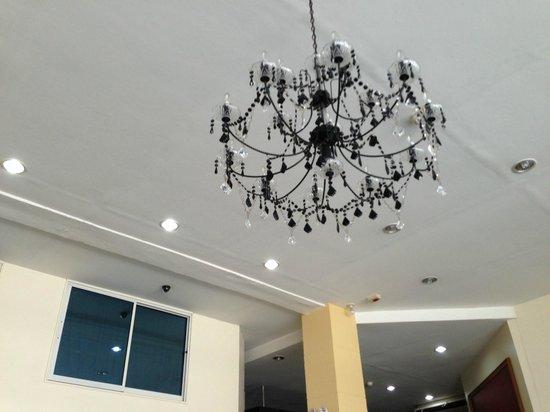 Hotel Pier Cuatro: The reception area/lobby chandelier