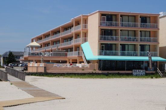 Beau Rivage Beach Resort: View of motel from the beach