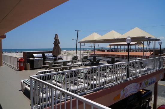 Beau Rivage Beach Resort: Patio