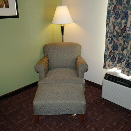 Comfort Inn Asheville Airport : chair with ottoman