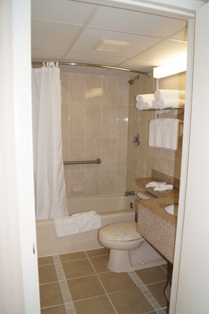 Beau Rivage Beach Resort : Tile Bathroom