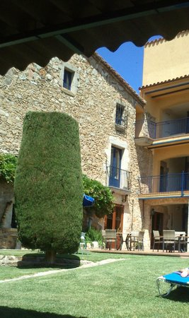 Hotel Sant Joan: Jardín y edificio