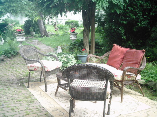 The Barker House Bed and Breakfast : Agood place to set and read