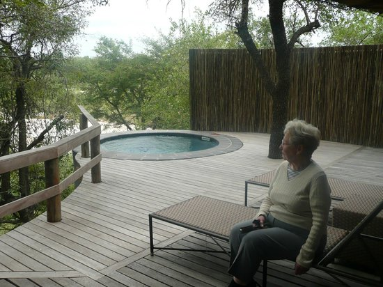 Londolozi Founders Camp: Deck, hot tub and view