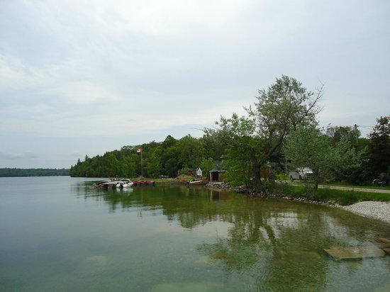 Mindemoya Court Cottages & Campground: lake near the campground