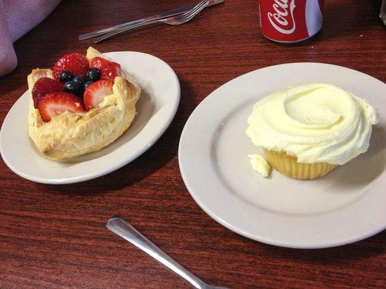Cake Cafe: fruit tart and lemon cupcake
