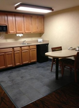 Hampton Inn Boston-Logan Airport: Kitchen and dining area in king suite. Very nice!