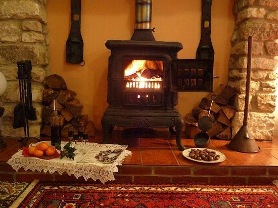 Holcombe Valley Holiday Cottages & B&B : Roaring fire in Nightingale