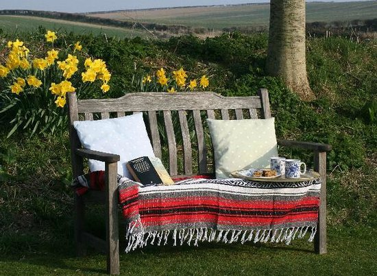 Holcombe Valley Holiday Cottages & B&B : Springtime in the garden