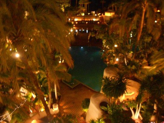 Hotel Jardin Tropical: Night time pool view