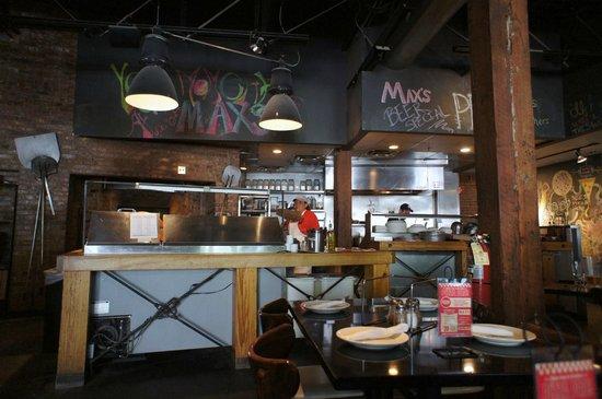 Max's Coal Oven Pizzeria: 店内