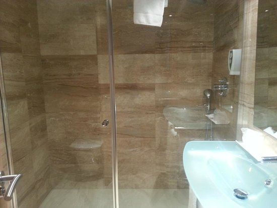 Grupotel Alcudia Suite: bathroom in the 4* sister hotel
