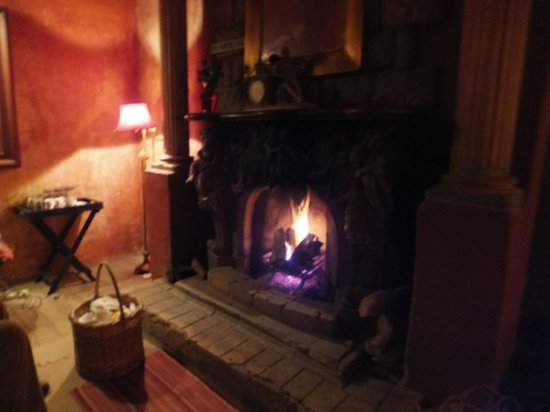 La Provence D'Afrique: Picnic in front of the fireplace - lovely!