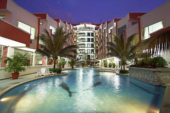 Hotel El Marqués: FACHADA PRINCIPAL Y PISCINA