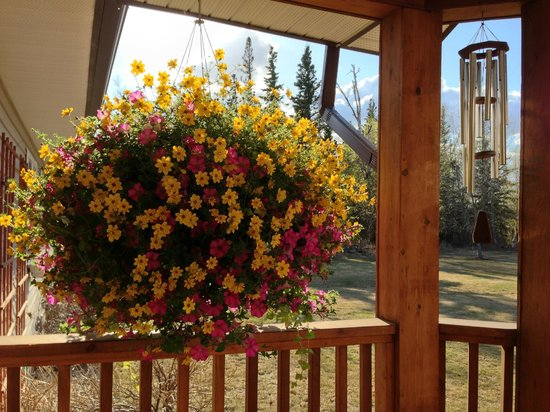 Alaska Garden Gate B & B : Lovely porch