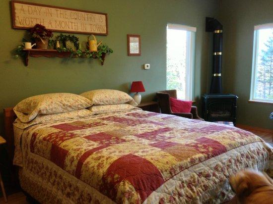 Alaska Garden Gate B & B: Cozy bed
