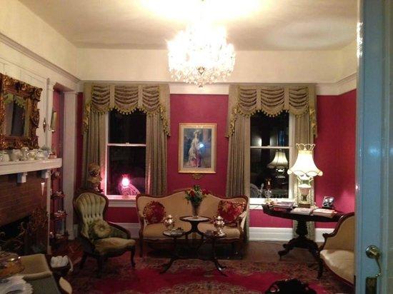 Cobb Lane Bed & Breakfast: living room