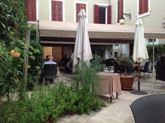 Le Cheval Noir: belle terrasse en été!
