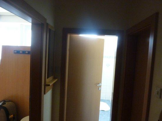 Yoho International Youth Hostel: el pasillo de distribucion de la hab, con la puerta al baño y a la ducha x separado
