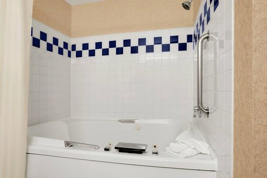Baymont Inn & Suites Denver West/Federal Center: Jacuzzi bath