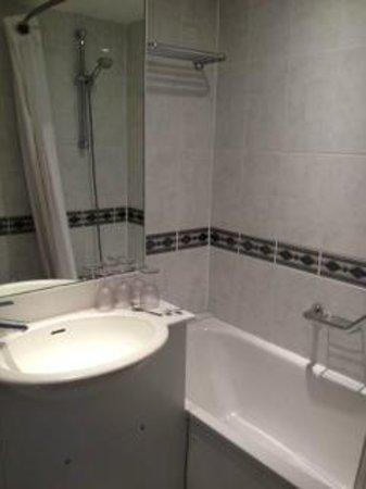 Holiday Inn Oxford Circus: Very tiny bathroom