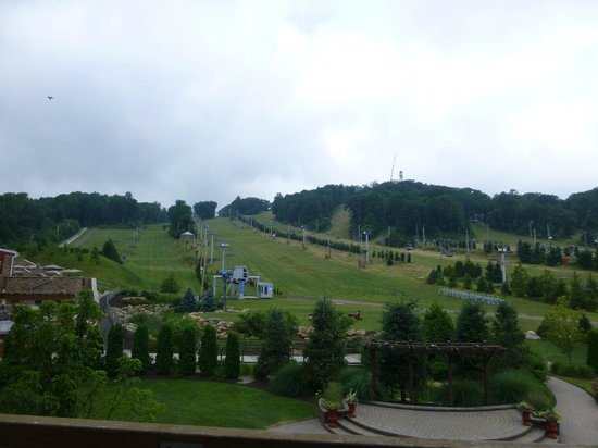 Bear Creek Mountain Resort: Slope side view and view from outdoor deck off of the lobby