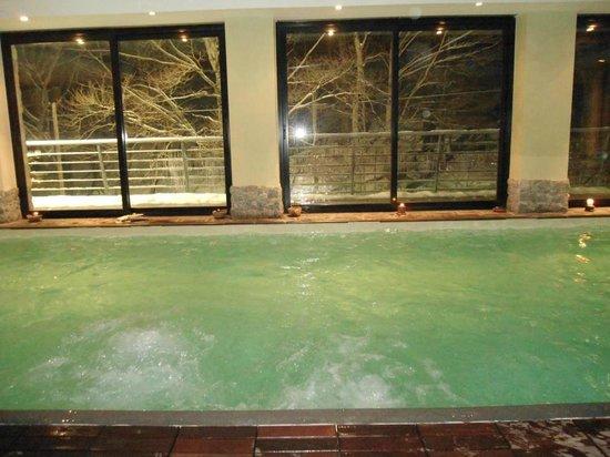 Hotel La Maielletta: piscina con vista sul paesaggio innevato