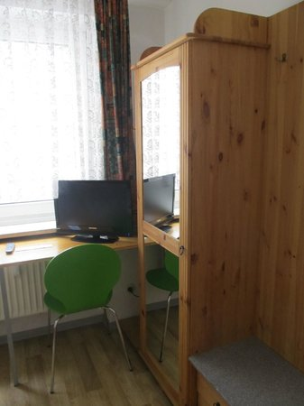 Pension Lindner: Room: desk & cupboard