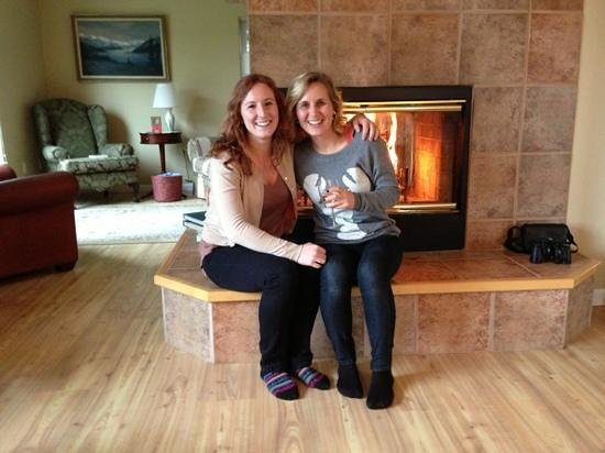 Adams Street Bed & Breakfast: Sisters cozy by fire at Adams Street B&B