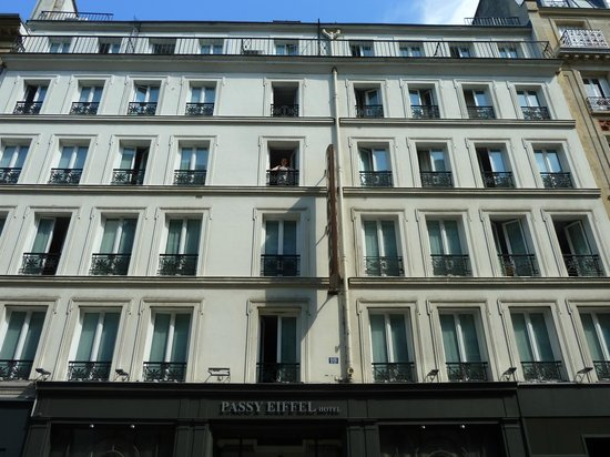 Passy Eiffel Hotel: Hotel Passy Eiffel (i'm in the balcony of room 33)